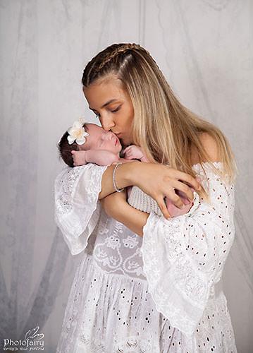 צילומי ניובורן לאמא ותינוקת בסגנון רומנטי בצבע לבן