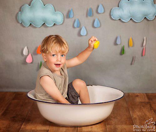 צלמת ילדים- ילד עם עננים