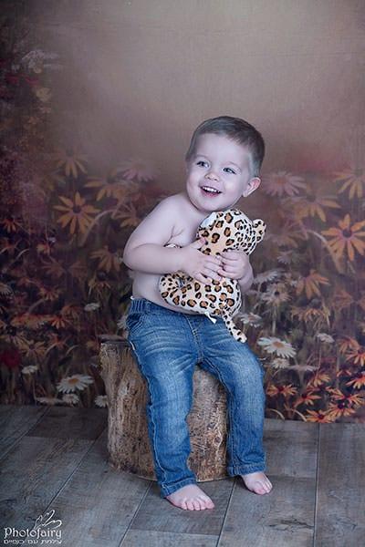 צילומי ילדים בסטודיו- ילד מתוק מחבק נמר