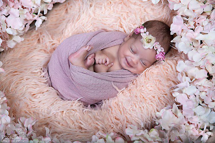 צילומי ניובורן בסגנון רומנטי תינוקת מחייכת