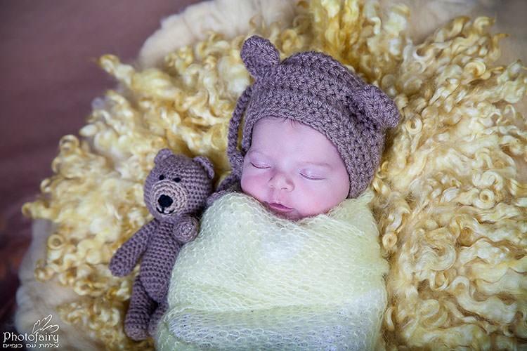 צילום תינוק ניובורן ישן עם דובי
