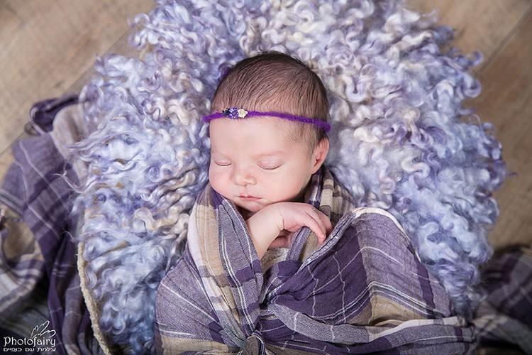 צילום תינוקת ניובורן בסטיילינג סגול