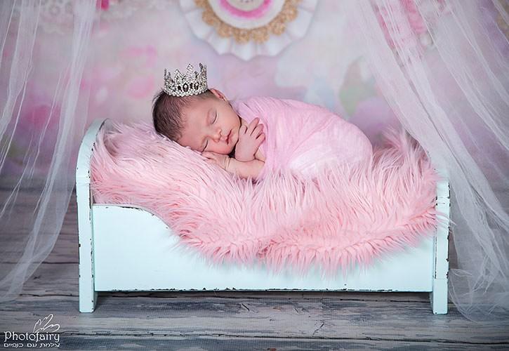 צילומי ניו בורן לנסיכה ישנה על מיטה עם כתר