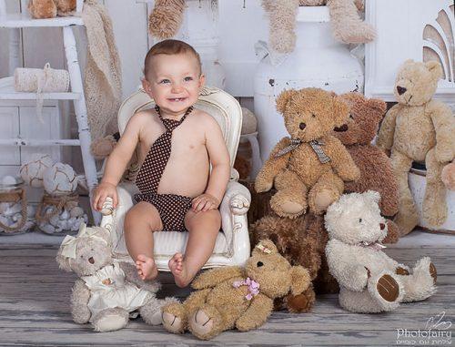 צילום תינוקות בסטודיו בסגנון וינטאג' עם דובים