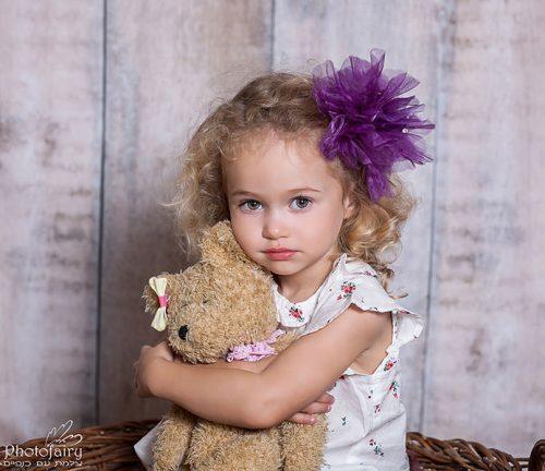 צילומי ילדים- ילדה מחבקת דובי