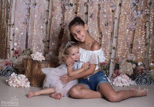 צילומי אחיות מתחבקות בסשן צילומי משפחה