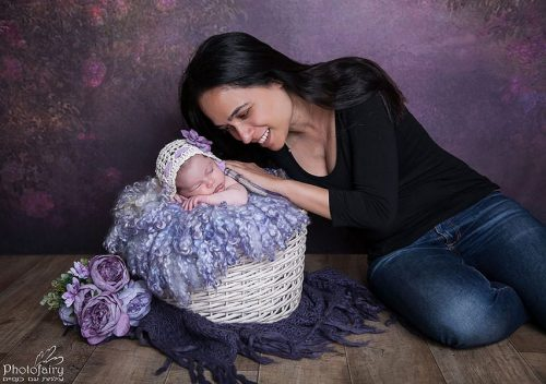 צילומי ניובורן משגעים לאמא ותינוקת בגווני סגול