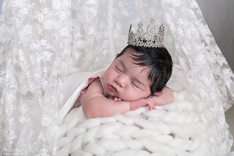צילום תינוקת עם כתר נסיכות על הראש