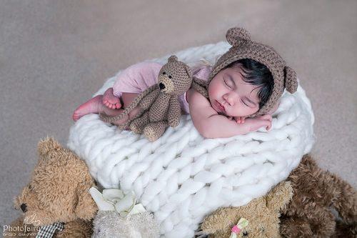 ניובורן עם כובע דובי