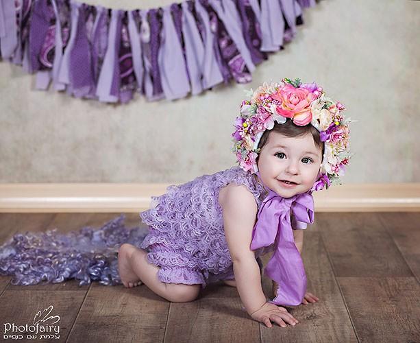 צילום תינוקות בסגנון רומנטי עם פרחים