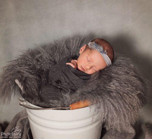 צילומי ניובורן לתינוקת בגווני אפור