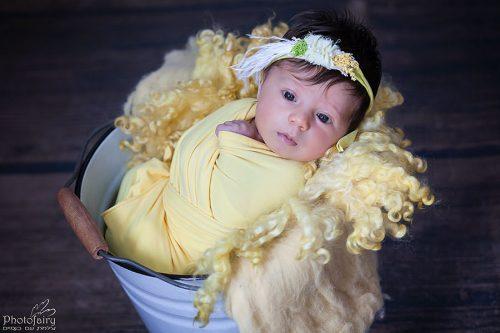 צילומים לתינוקת ניובורן עם עיניים פקוחות