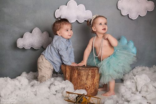 צלמת תינוקות מקצועית- תאומים בני שנה בעננים
