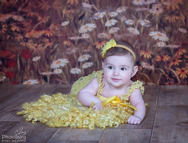 צילום סטודיו לתינוקת עם רקע פרחים כפרי