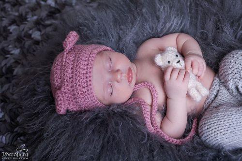 צילום ניובורן- תינוקת בגוונים קלאסיים של אפור וורוד