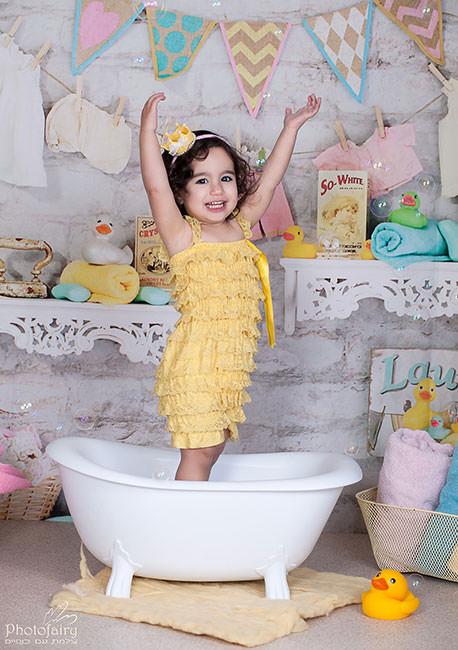 צילומי ילדים בסטודיו- כיף באמבטיה