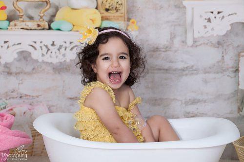 צילום ילדים בסטודיו- ילדה צוחקת באמבטיה