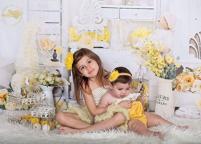 צילומי ילדים בסטודיו עם פרחים צהובים