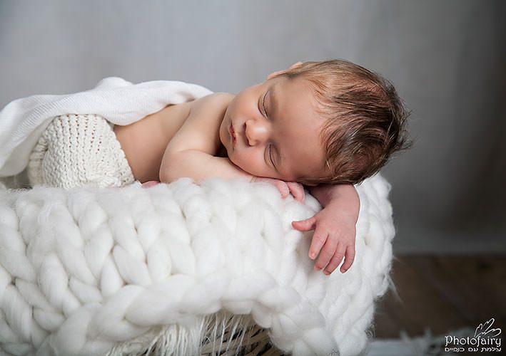 צילום ניובורן לתינוקי בגוונים בהירים ורכים