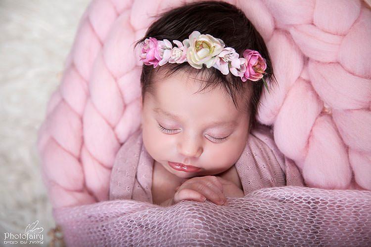צילומי ניו בורן מקצועיים- תינוקת בורוד עם סרט פרחים על הראש