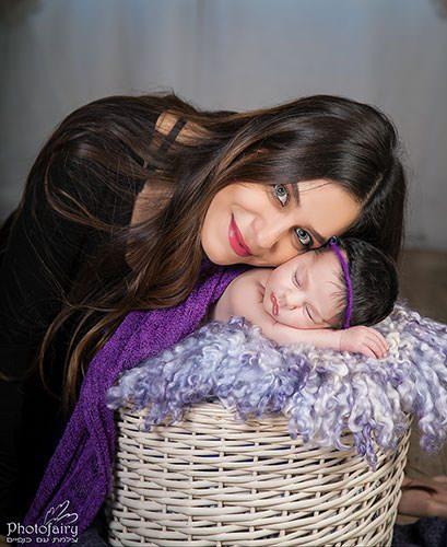 צילום ניו בורן מקסים- אמא ותינוקת בסלסלה עם פרווה סגולה