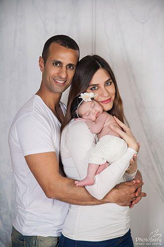 צילומי ניו בורן יחד עם ההורים- תינוקת ישנה על אמא