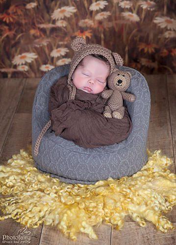 צילום ניו בורן בסטודיו - תינוקת עטופה ישנה עם דובי