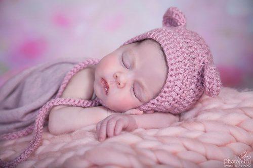 צילומי ניו בורן- תינוקת יפהפייה עם כובע דובי ורוד