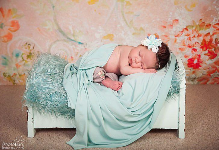 צילום ניבורן- צילום תינוקת ניובורן על מיטה קטנטנה