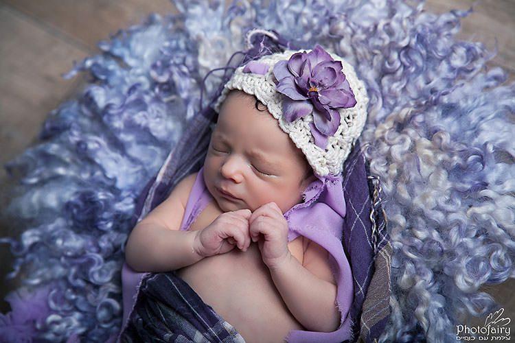 צילומי ניובורן לתינוקת בגווני סגול