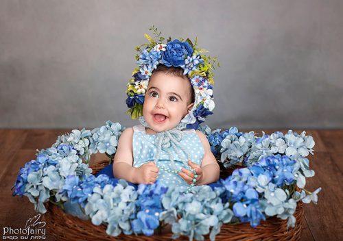 צילום תינוקות- תינוקת עם כובע פרחים כחולים