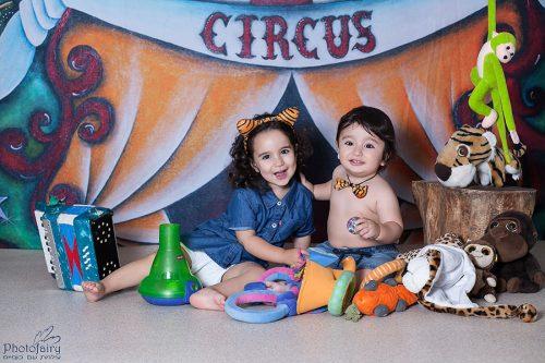צילומי סטודיו מיוחדים לילדים- צילום אח ואחות שמח