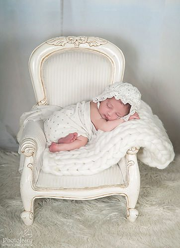 צילומי ניו בורן משגעים- תינוקת ישנה על כיסא עתיק בלבן