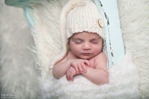 צילום ניובורן תינוק ישן בשלווה בתוך מיטה