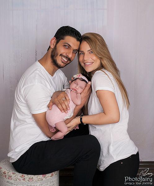צילומי ניו בורן עם ההורים על רקע לבן