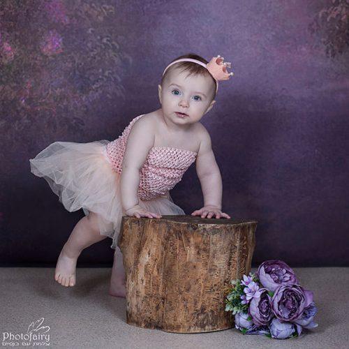 צילום תינוקת בת שנה עומדת