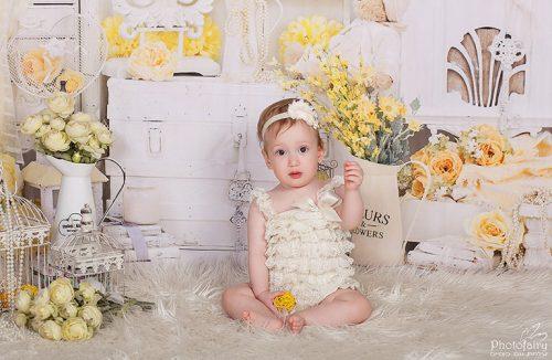 צילומי תינוקות בסטודיו מקצועי עם פרחים צהובים