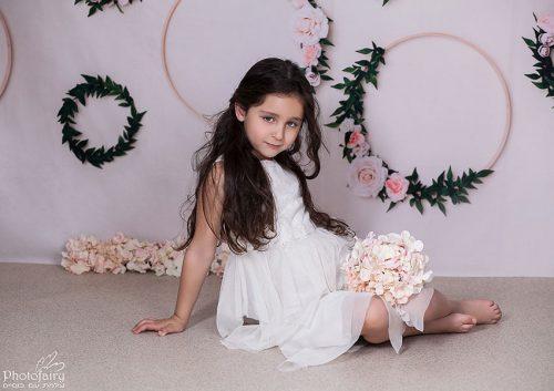 צילום מקצועי לילדה בת 6 עם פרחים