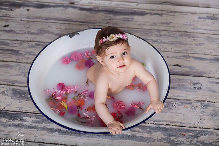 צילום תינוקות באמבטיה עם פרחים