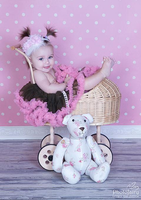 צילום תינוקות-תינוקת מתוקה יושבת בעגלה