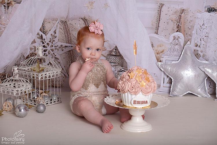 תינוקת ג'ינג'ית מהממת בקייק סמאש