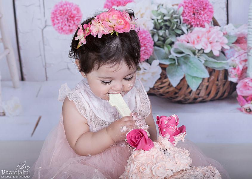קייק סמאש לתינוקת עם עוגה