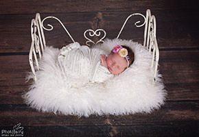 צילום ניובורן תינוקת על מיטת ברזל