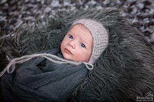 צילום ניובורן לתינוק בגווני אפור אלגנטי
