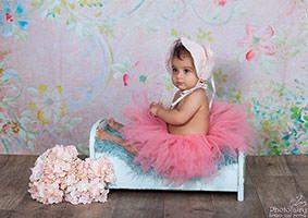 צילום תינוקות, תינוקת בגווני אפרסק עם פרחים