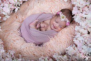 צילומי ניובורן קסומים עם פרחים ורודים