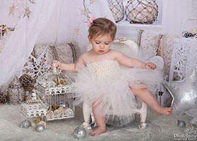 צילום תינוקות עם אוהל רומנטי בלבן וזהב