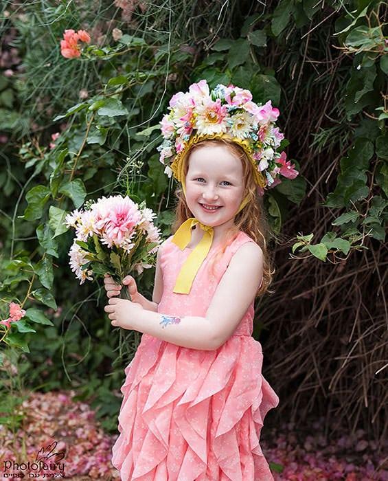 צילום פורטרט של ילדה עם פרחים