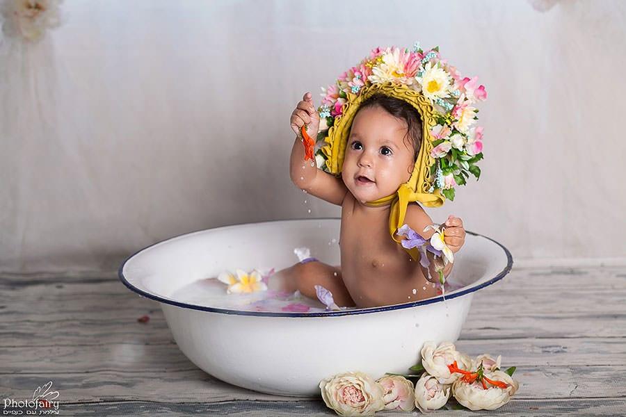 צילומי גיל שנה אמבטיית חלב עם פרחים