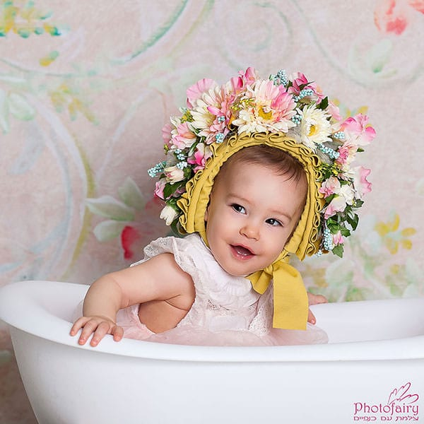 צילום תינוקות- תינוקת עם כובע פרחים